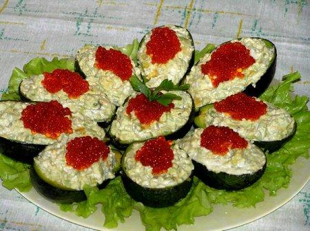 Лодочки из авокадо со спаржей и красной икрой