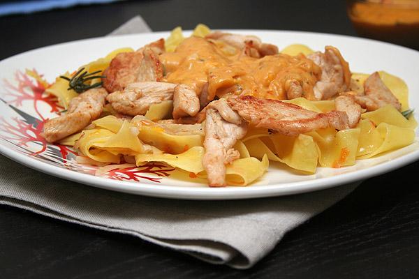 Паста с курицей под сливочным соусом