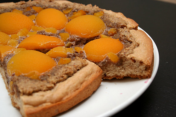 Пирог ореховый с абрикосами
