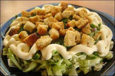 Салат с зеленью и чесночными гренками